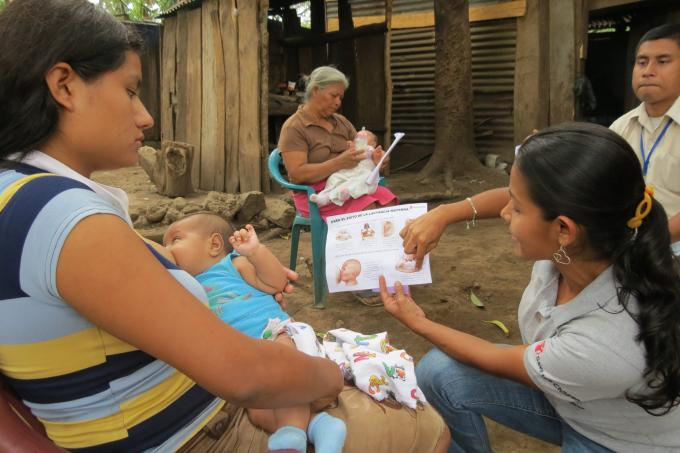 Save the Children staff promoting exclusive breastfeeding during a home visit in the community. Photo by Angélica Montes